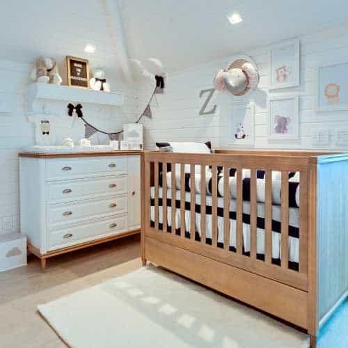 quarto de bebê com bercinho de madeira