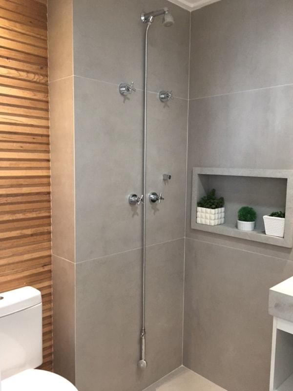 banheiro com porcelanato cinza