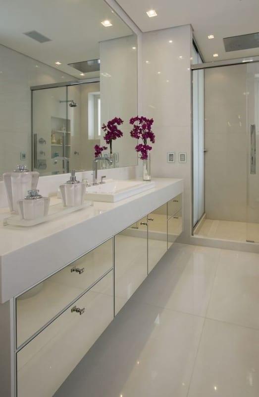 banheiro grande com bancada branca em silestone