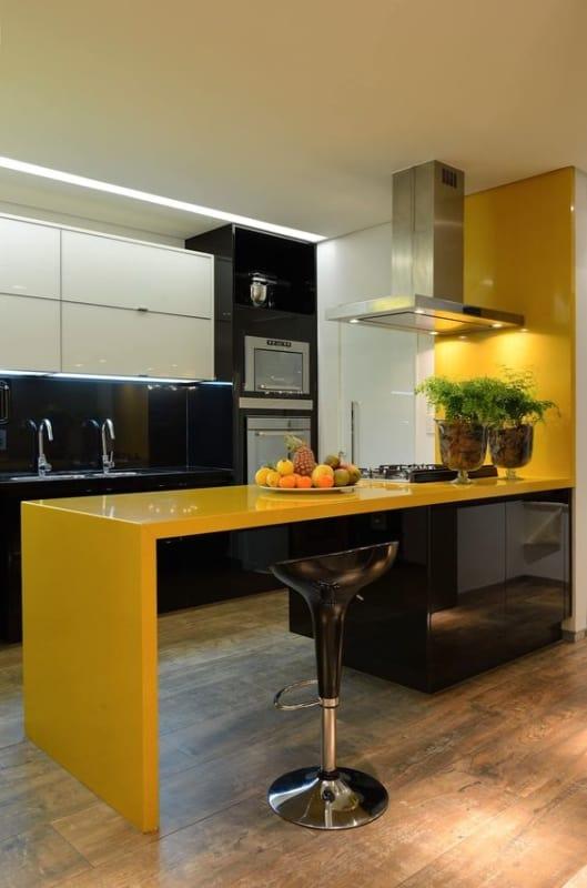 cozinha preta com balcão amarelo