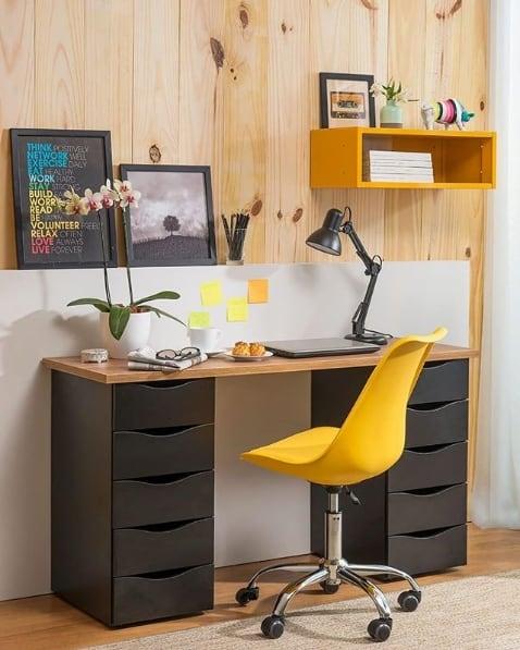 home office com cadeira amarela de rodízios