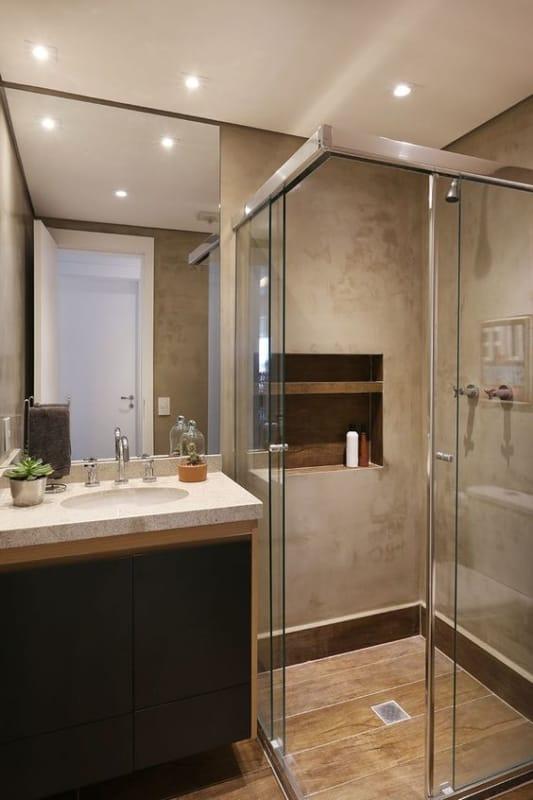banheiro com piso de porcelanato que imita madeira