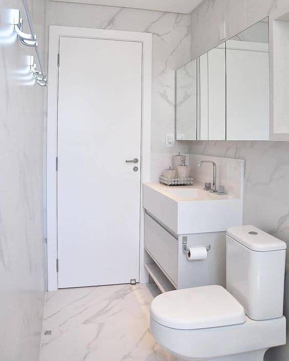 banheiro pequeno com bancada em pedra branca