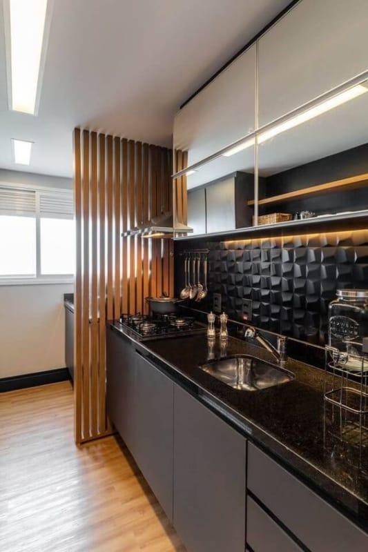 cozinha com revestimento preto nas paredes