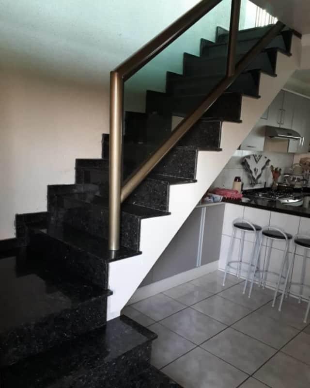escada revestida de granito verde ubatuba