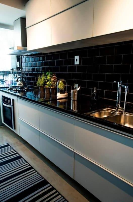 cozinha corredor com azulejo metrô preto