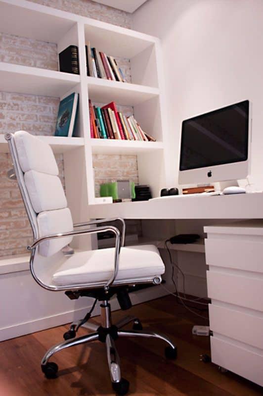 home office com cadeira branca