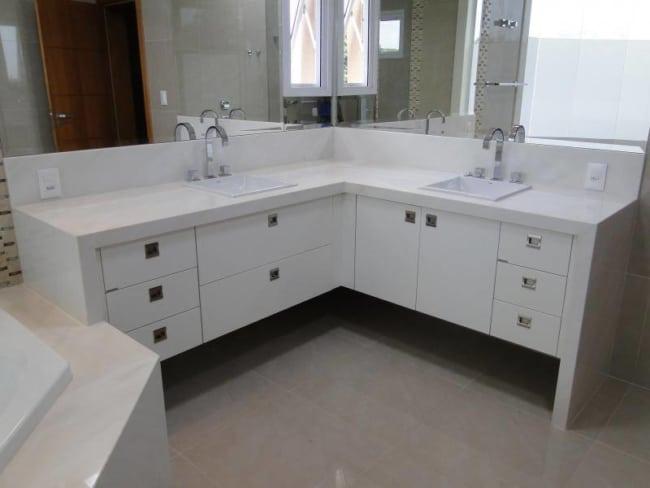 banheira com bancada dupla em silestone branco