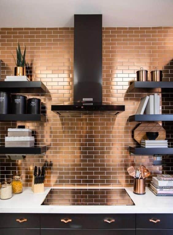 cozinha decorada em preto e rosé gold