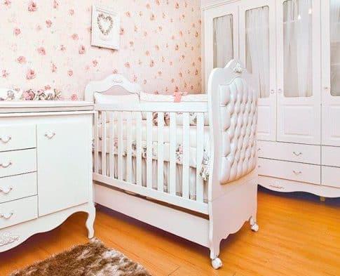quarto de bebê com berço provençal branco