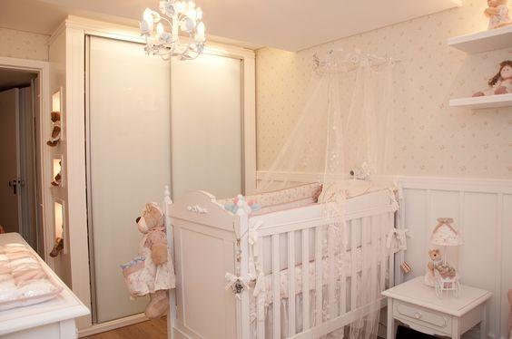 quarto de bebê com berço branco provençal