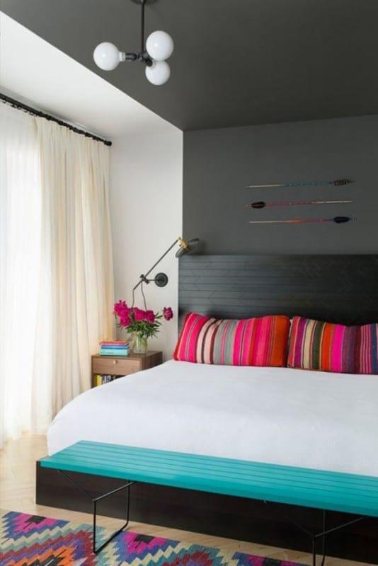 quarto decorado com detalhes coloridos