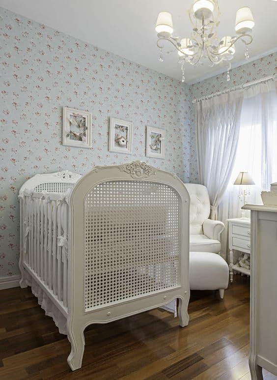 quarto de bebê com decoração provençal e berço americano