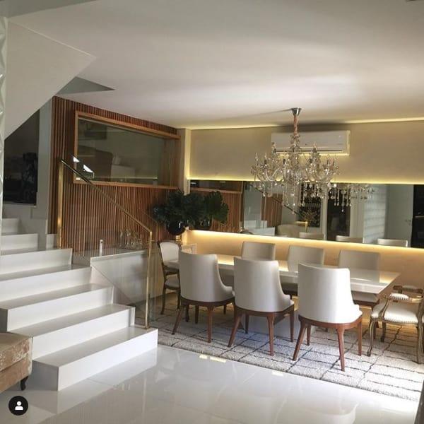 sala de jantar com escada branca de silestone