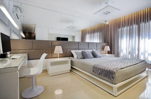 quarto com cadeira branca moderna