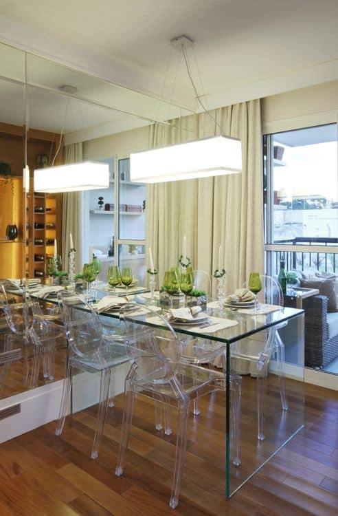 sala de jantar pequena com cadeira transparente