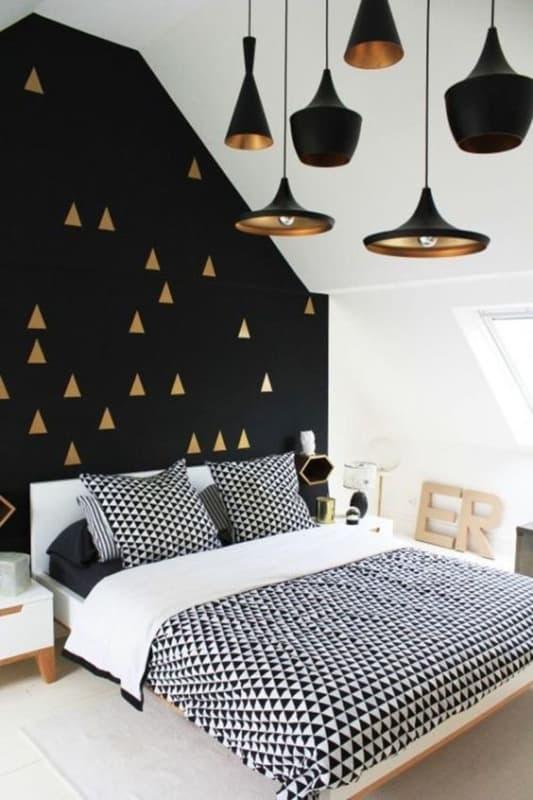 quarto decorado em preto e dourado