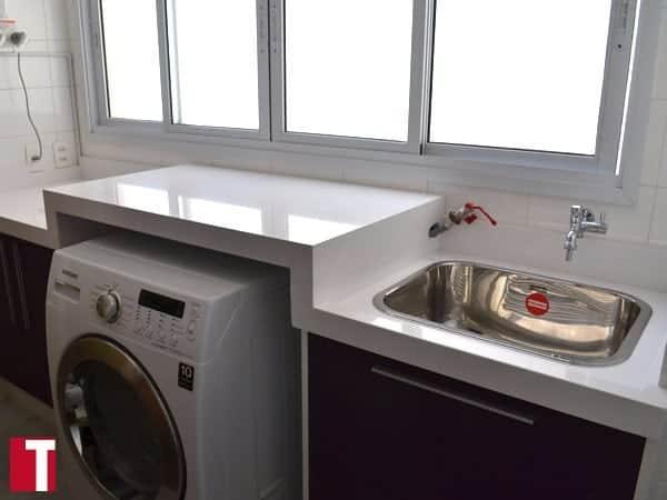 lavanderia planejada com bancada de silestone branco