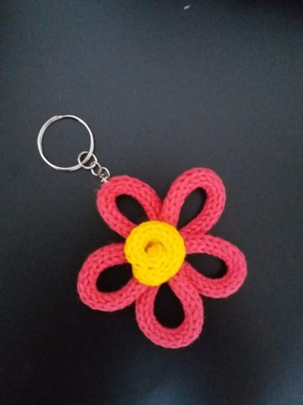 chaveiro de flor em tricotin