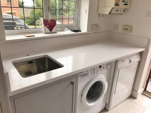 bancada da lavanderia com pedra branca