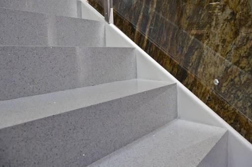 escada em branca com brilhos de silestone estellar