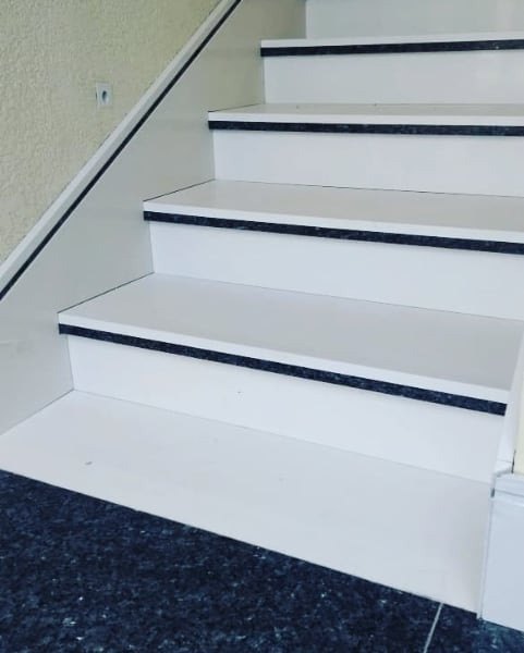 escada em silestone branco Zeus