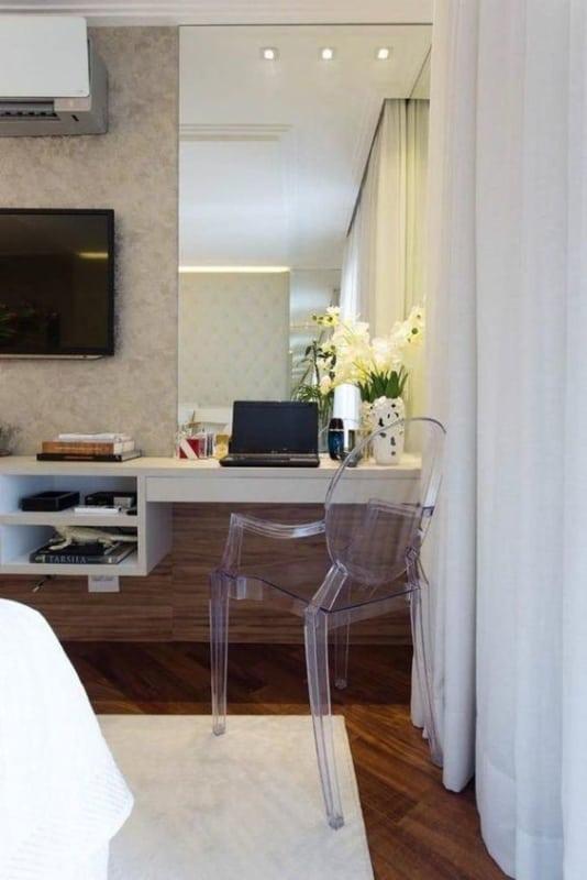 cadeira de acrílico no quarto
