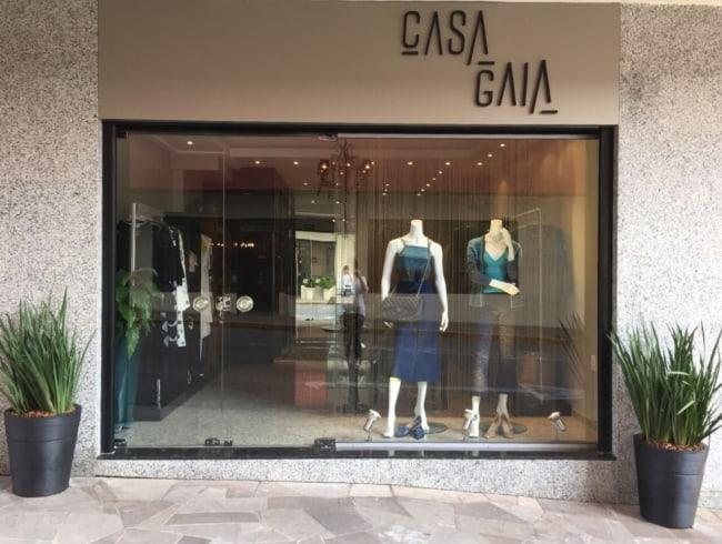 fachada de loja feminina chique com nome