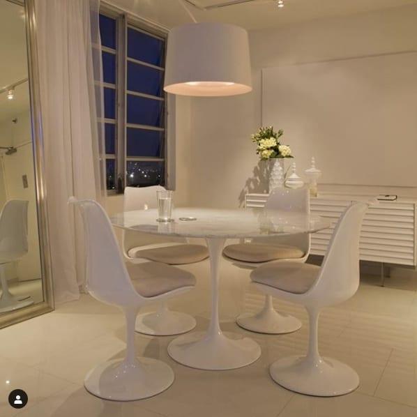 sala de jantar com cadeira e mesa tulipa