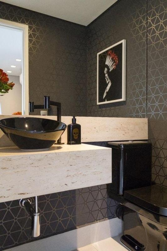 lavabo com papel de parede preto e dourado