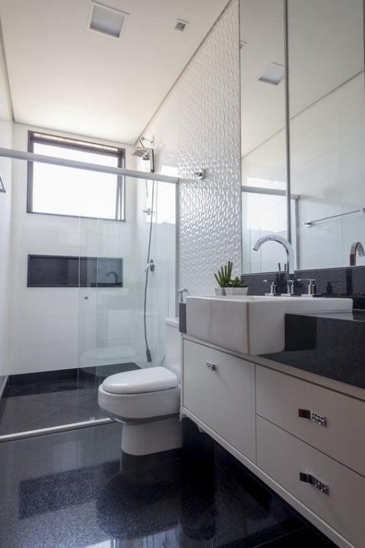 banheiro simples preto e branco