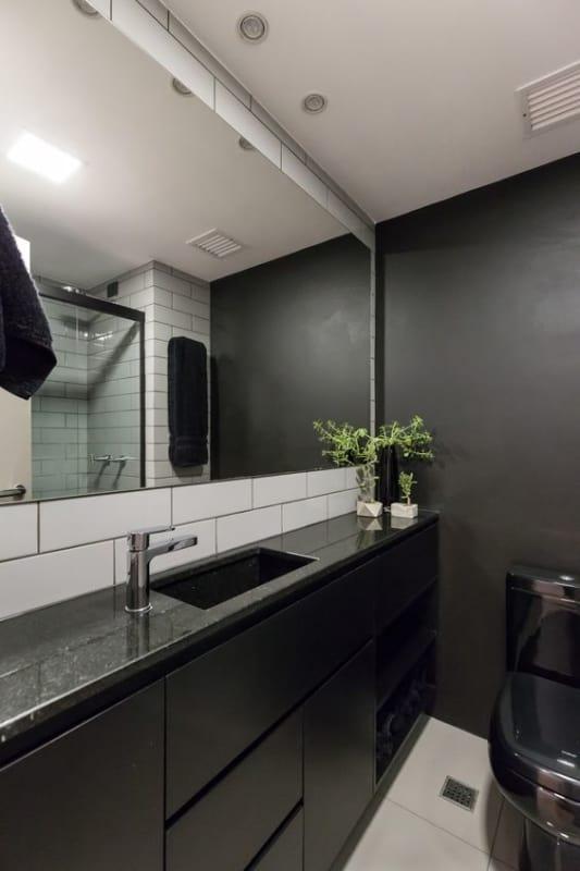 banheiro com parede preta