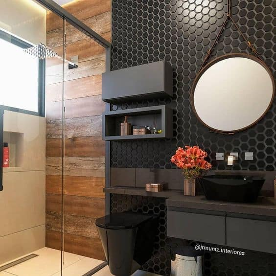 banheiro com pastilhas pretas