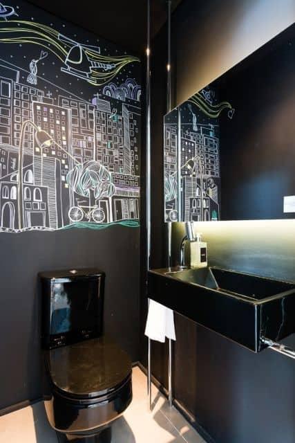 lavabo moderno com parede preta