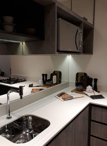 6 cozinha com bancada branca de silestone