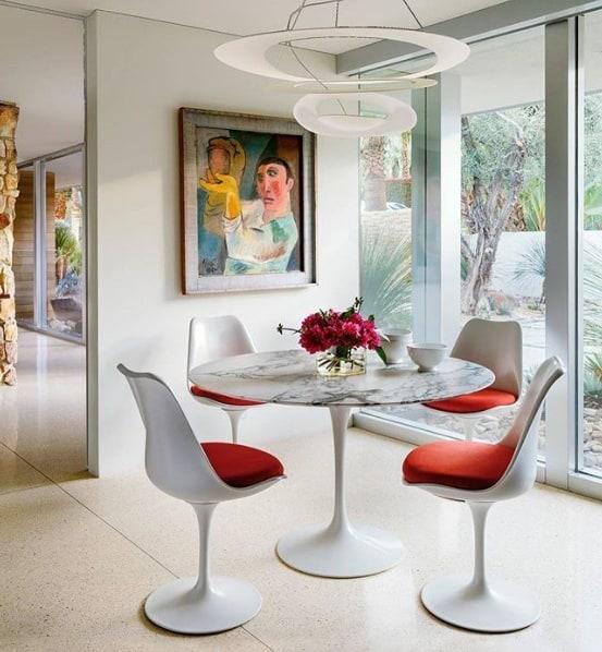 sala de jantar com cadeira e mesa tulipa redonda