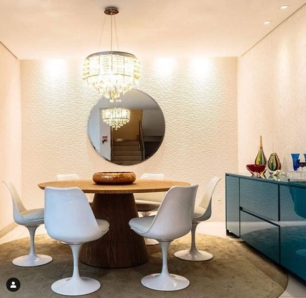 sala de jantar com mesa de madeira e cadeiras modernas