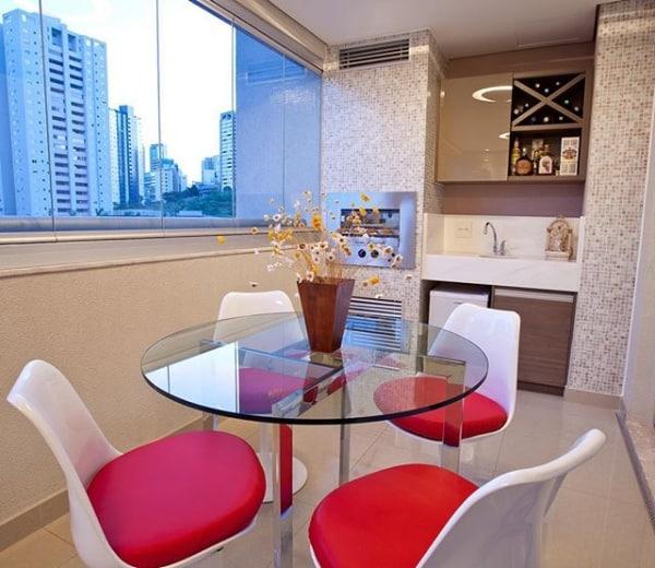 sacada com mesa de vidro e cadeiras Saarinen