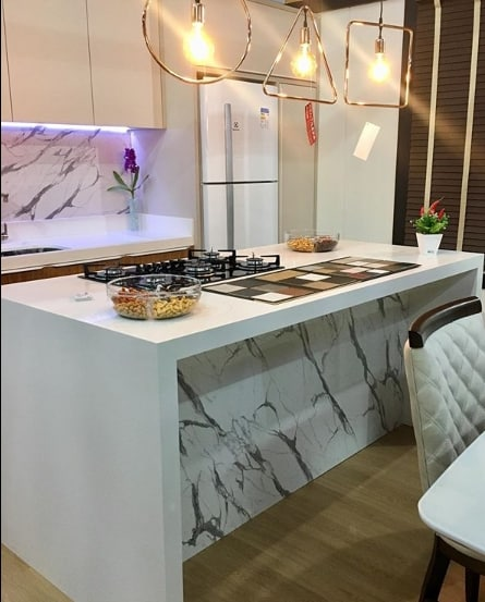 cozinha moderna com ilha de pedra branca