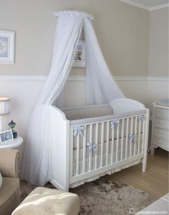 decoração de quarto de bebê com berço americano branco