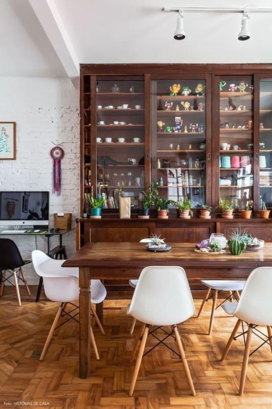 mesa de madeira com cadeiras modernas eames branca