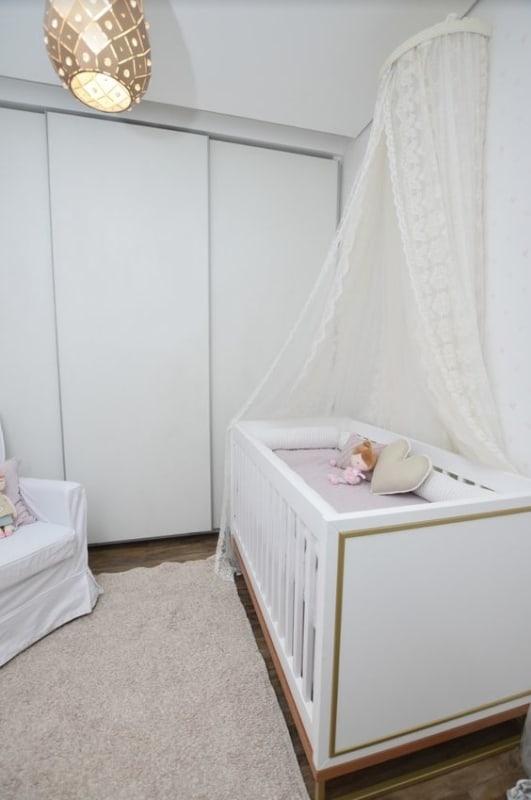 quarto de bebê com móveis brancos e berço americano