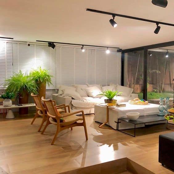 sala com piso frio que imita madeira