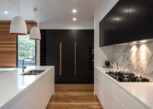cozinha moderna com bancadas de silestone branco Zeus