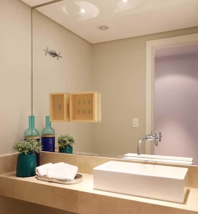 Banheiro com Cor palha na decoração