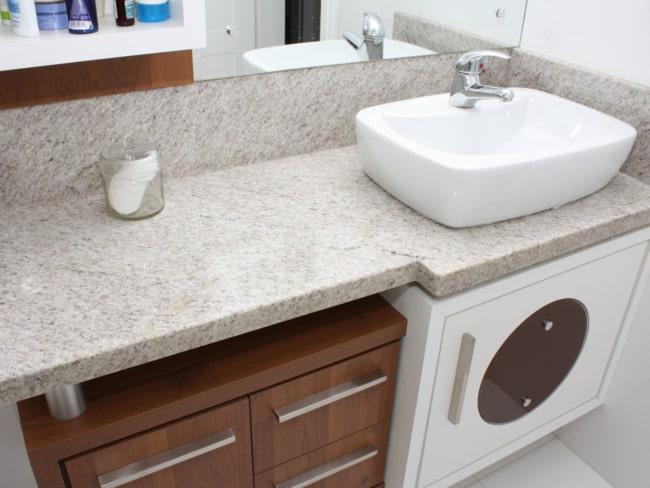 Banheiro com granito branco siena