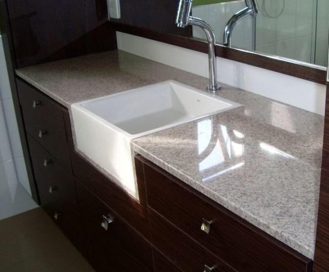 Banheiro com granito branco