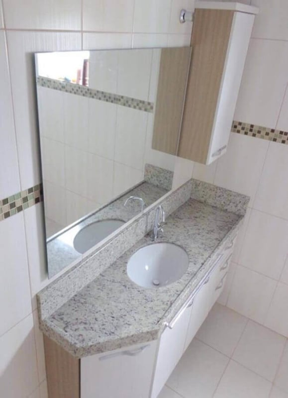 Banheiro simples com bancada de granito branco