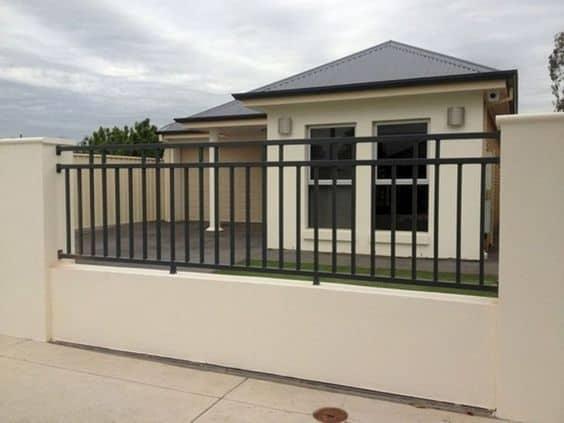Belissíma casa e muro com grade