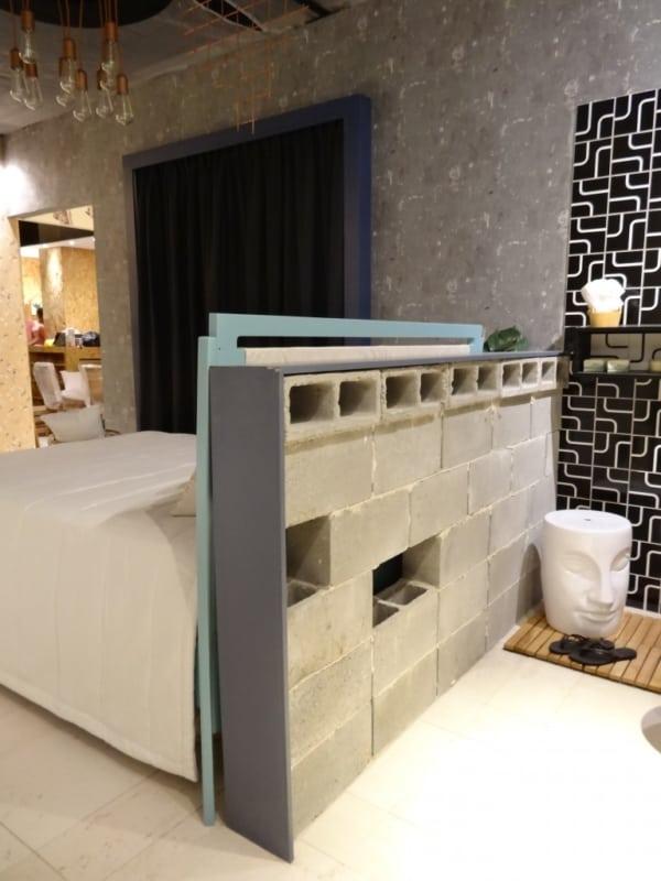 Blocos de concreto em banheiro compartilhado com quarto